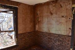 Εσωτερικοί τοίχοι ενός εγκαταλειμμένου σπιτιού Στοκ Φωτογραφίες