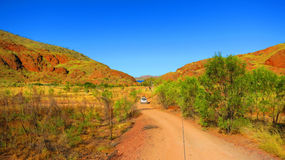 Εσωτερικός Αυστραλία - που οδηγεί μια 4x4 τετράτροχη κίνηση στο σημείο στρατοπέδευσης κοντά στη λίμνη Argyle Στοκ Εικόνες