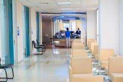 Εσωτερικός διάδρομος νοσοκομείων και περιμένοντας καθίσματα Στοκ εικόνα με δικαίωμα ελεύθερης χρήσης