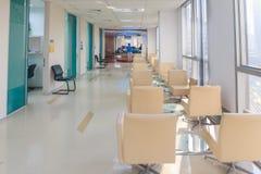 Εσωτερικός διάδρομος νοσοκομείων και περιμένοντας καθίσματα Στοκ Φωτογραφία