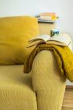 Εσωτερικός κίτρινος κοτλέ καναπές καθιστικών με το μαξιλάρι, πλεκτό Στοκ εικόνα με δικαίωμα ελεύθερης χρήσης