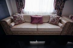 εσωτερικός καναπές στοκ εικόνα με δικαίωμα ελεύθερης χρήσης