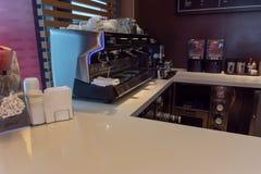 Εσωτερικός κατασκευαστής καφέ McCafe σε McDonalds στοκ φωτογραφία με δικαίωμα ελεύθερης χρήσης