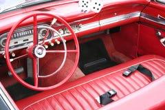 εσωτερικός κόκκινος αναδρομικός αυτοκινήτων Στοκ Φωτογραφίες