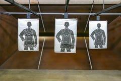 Εσωτερικός μέσος πυροβολισμός σειράς πυροβόλων όπλων Στοκ Φωτογραφίες