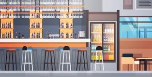 Εσωτερικός μετρητής καφέδων φραγμών με τα μπουκάλια του οινοπνεύματος και των γυαλιών στο ράφι απεικόνιση αποθεμάτων