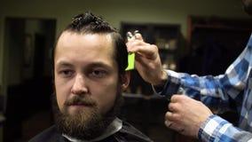 Εσωτερικός πυροβολισμός της διαδικασίας εργασίας στο σύγχρονο barbershop Πορτρέτο κινηματογραφήσεων σε πρώτο πλάνο του ελκυστικού απόθεμα βίντεο