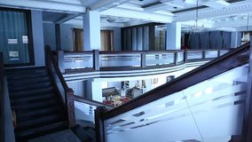 Εσωτερικός πυροβολισμός του σύγχρονου κτηρίου απόθεμα βίντεο