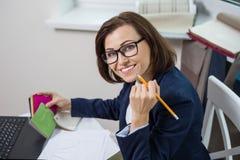 Εσωτερικός σχεδιαστής, στον εργασιακό χώρο στο γραφείο με τα δείγματα των υφασμάτων και των εξαρτημάτων για τις κουρτίνες και την Στοκ Εικόνες
