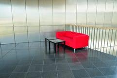 εσωτερικός σύγχρονος κόκκινος καναπές Στοκ Φωτογραφίες