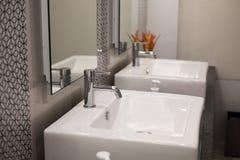 εσωτερικός σύγχρονος λ& άσπροι washbasin νεροχύτης & στρόφιγγα χρωμίου Στοκ φωτογραφία με δικαίωμα ελεύθερης χρήσης