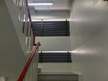 Εσωτερικός τρόπος σκαλοπατιών στο κτήριο Στοκ Εικόνα