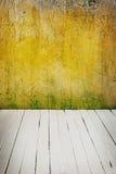 Εσωτερικός τρύγος δωματίων με τον τοίχο τσιμέντου χρώματος και το ξύλινο υπόβαθρο πατωμάτων Στοκ Εικόνες