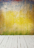 Εσωτερικός τρύγος δωματίων με τον τοίχο τσιμέντου χρώματος και το ξύλινο υπόβαθρο πατωμάτων Στοκ Φωτογραφίες