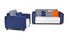 Εσωτερικός υπαίθριος καναπές που τίθεται στα υφάσματα και-λευκού blu Στοκ εικόνα με δικαίωμα ελεύθερης χρήσης