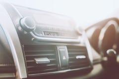Εσωτερικό άκουσμα ραδιοφώνων αυτοκινήτου κλιματιστικών μηχανημάτων μεταβαλλόμενοι ραδιοσταθμοί κουμπιών στροφής στο σύστημα πολυμ στοκ εικόνες