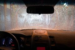 Εσωτερικό αυτοκίνητο στο πλύσιμο αυτοκινήτων κατά τη διάρκεια του ξεβγάλματος Στοκ Εικόνες