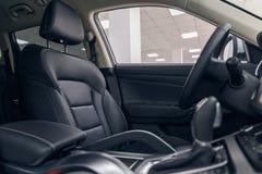 Εσωτερικό αυτοκινήτων δέρματος Σύγχρονο φωτισμένο αυτοκίνητο ταμπλό Πολυτελής συστάδα οργάνων αυτοκινήτων στοκ φωτογραφίες