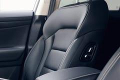Εσωτερικό αυτοκινήτων δέρματος Σύγχρονο φωτισμένο αυτοκίνητο ταμπλό Πολυτελής συστάδα οργάνων αυτοκινήτων στοκ εικόνες