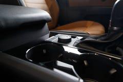 Εσωτερικό αυτοκινήτων Σύγχρονο φωτισμένο αυτοκίνητο ταμπλό Πολυτελής συστάδα οργάνων αυτοκινήτων στοκ φωτογραφία με δικαίωμα ελεύθερης χρήσης