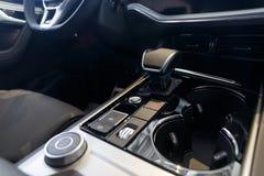 Εσωτερικό αυτοκινήτων Σύγχρονο φωτισμένο αυτοκίνητο ταμπλό Πολυτελής συστάδα οργάνων αυτοκινήτων στοκ φωτογραφία