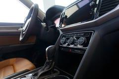 Εσωτερικό αυτοκινήτων Σύγχρονο φωτισμένο αυτοκίνητο ταμπλό Πολυτελής συστάδα οργάνων αυτοκινήτων στοκ φωτογραφίες με δικαίωμα ελεύθερης χρήσης