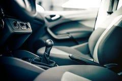 Εσωτερικό αυτοκινήτων, handbrake και μετατόπιση εργαλείων Εσωτερικό σχέδιο αυτοκινήτων στοκ φωτογραφία με δικαίωμα ελεύθερης χρήσης