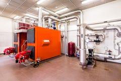 Εσωτερικό βιομηχανικό δωμάτιο λεβήτων diesel με τους λέβητες και τους καυστήρες Στοκ Εικόνες