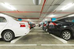 Εσωτερικό γκαράζ χώρων στάθμευσης με τα αυτοκίνητα στο βιομηχανικό κτήριο, σύγχρονο Στοκ φωτογραφία με δικαίωμα ελεύθερης χρήσης