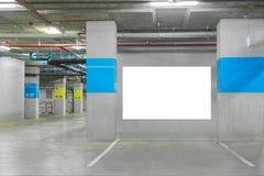 Εσωτερικό γκαράζ χώρων στάθμευσης υπόγεια με τον κενό πίνακα διαφημίσεων στοκ φωτογραφίες με δικαίωμα ελεύθερης χρήσης