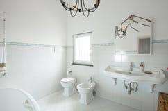 Εσωτερικό διαμέρισμα, άσπρο κεραμίδι μορίων λουτρών στοκ εικόνες