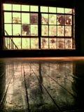 Εσωτερικό δωμάτιο του εγκαταλειμμένου κτηρίου με το ξύλινο πάτωμα Στοκ φωτογραφία με δικαίωμα ελεύθερης χρήσης