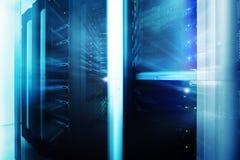 Εσωτερικό δωματίων κεντρικών υπολογιστών στο datacenter, πολυ φουτουριστικό σχέδιο έκθεσης Δίκτυο Ιστού, τεχνολογία τηλεπικοινωνι Στοκ εικόνες με δικαίωμα ελεύθερης χρήσης