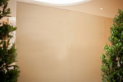 Εσωτερικό δωματίων κενό πατωμάτων τοίχων κενό άσπρο ανοικτό κανένα ελαφρύ ξύλινο διάστημα παραθύρων εγγράφου box office εγχώριας  Στοκ εικόνες με δικαίωμα ελεύθερης χρήσης