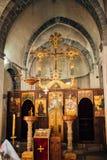 εσωτερικό εκκλησιών Εικονίδια, πολυέλαιος, κεριά σε μια μικρή εκκλησία Στοκ Εικόνες