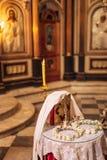 εσωτερικό εκκλησιών Εικονίδια, πολυέλαιος, κεριά σε μια μικρή εκκλησία Στοκ Φωτογραφία