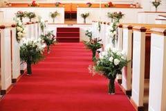 Εσωτερικό εκκλησιών που διακοσμείται για το γάμο Στοκ Φωτογραφία