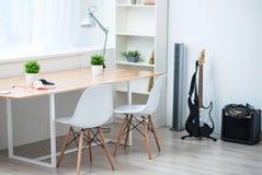 Εσωτερικό ενός άσπρου δωματίου Στοκ εικόνα με δικαίωμα ελεύθερης χρήσης