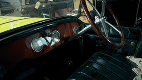 Εσωτερικό ενός αναδρομικού παλαιού αυτοκινήτου από τον πρόωρο - 20ός αιώνας απόθεμα βίντεο