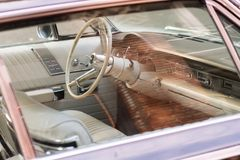 Εσωτερικό ενός κλασικού αυτοκινήτου Chrysler σε μια οδό δίπλα στο δυτικό τετράγωνο στο Σιάτλ, Ουάσιγκτον, ΗΠΑ στοκ φωτογραφίες
