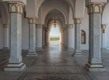 Εσωτερικό ενός μουσουλμανικού τεμένους με τις στήλες Στοκ φωτογραφία με δικαίωμα ελεύθερης χρήσης