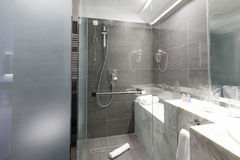 Εσωτερικό ενός λουτρού ξενοδοχείων πολυτελείας Στοκ εικόνα με δικαίωμα ελεύθερης χρήσης