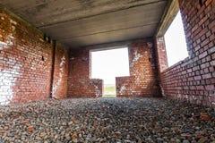 Εσωτερικό ενός παλαιού κτηρίου κάτω από την οικοδόμηση Πορτοκαλί τούβλο wal Στοκ Φωτογραφίες