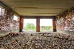 Εσωτερικό ενός παλαιού κτηρίου κάτω από την οικοδόμηση Πορτοκαλί τούβλο wal Στοκ Φωτογραφία