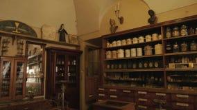 Εσωτερικό ενός παλαιού φαρμακείου απόθεμα βίντεο