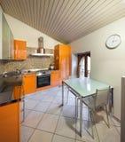Εσωτερικό ενός σπιτιού, εσωτερική κουζίνα στοκ εικόνα