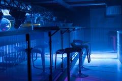 Εσωτερικό ενός σύγχρονου φραγμού με τον ευμετάβλητο μπλε φωτισμό Στοκ Εικόνες