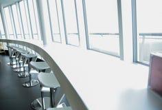 Εσωτερικό εστιατορίων με τον πίνακα και τις καρέκλες φραγμών Στοκ φωτογραφίες με δικαίωμα ελεύθερης χρήσης