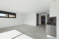 Εσωτερικό, ευρύ δωμάτιο με την κουζίνα στοκ φωτογραφία