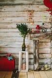 εσωτερικό εδρών κοντά στο εκλεκτής ποιότητας άσπρο παράθυρο κηροπήγια και κεριά στο firepla διακοσμήσεων Στοκ φωτογραφία με δικαίωμα ελεύθερης χρήσης